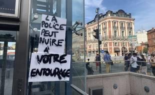 De nombreuses pancartes en référence aux violences policières ont été affichées pendant la manifestation de Toulouse