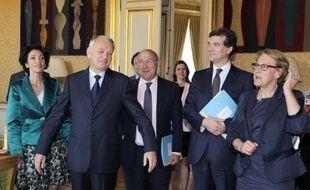Le chef du gouvernement est entouré des ministres Michel Sapin (Travail), Arnaud Montebourg (Redressement productif), Marylise Lebranchu (Fonction publique) et Marisol Touraine (Affaires sociales).