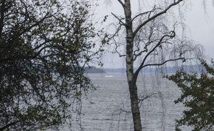 Voici la photo polémique. En arrière-plan, un peu sur la gauche, une forme noire émerge de l'eau. il pourrait s'agir d'un bout d'un vaisseau étranger. AFP PHOTO/ TT NEWS AGENCY