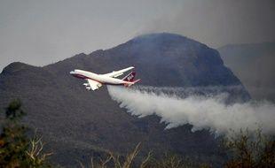 Un avion bombardier d'eau au-dessus de la Bolivie, le 23 août 2019.