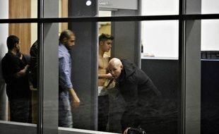 Le chanteur canadien Justin Bieber passe les contrôles aéroportuaires à l'aéroport de Lodz, le 25 mars 2013.