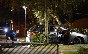 Un policier suédois examine la scène d'une fusillade à Malmö, le 25 septembre 2016.