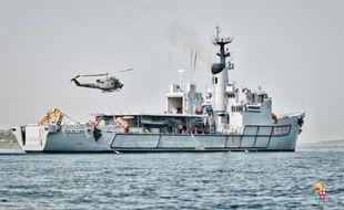 Photo transmise par la marine italienne, le 12 mai 2016 qui montre le début des opérations de renflouement d'un chalutier coulé en Méditerranée avec près de 800 migrants à bord