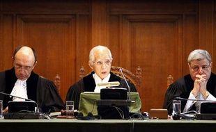 Le président de la Cour Internationale de Justice (CIJ), le juge Hisashi Owada (C), le vice-président, le juge Peter Tomka (G) et le juge Awn Shawkat Al-Khasawneh, annoncent la décision de la Cour sur la déclaration d'indépendence du Kosovo, au Palais de la Paix, à La Haye, le 22 juillet 2010.