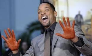 L'acteur américain Will Smith après avoir apposé ses mains dans du ciment lors d'une cérémonie au cinéma Grauman à Los Angeles, le 10 décembre 2007.