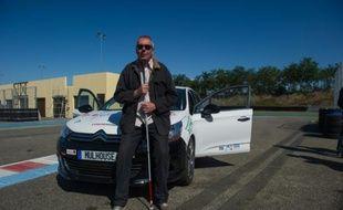 """Luc Costermans, directeur de l'association """"Les non-voyants et leurs drôles de machines"""" (NVDM), le 7 septembre 2015 sur l'Anneau du Rhin à Biltzheim, au sud de Colmar"""