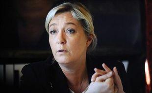 """La présidente du Front national, Marine Le Pen, a indiqué dimanche qu'elle abolirait la loi autorisant le mariage homosexuel si elle était élue présidente de la République mais qu'elle n'appellera pas en revanche à """"la désobéissance civile"""" des maires car elle est """"respectueuse des lois""""."""