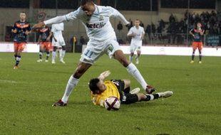 L'attaquant marseillais Loic Rémy devancé par le gardien de Montpellier, le 19 novembre 2011 à Montpellier.