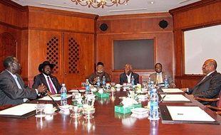 Salva Kiir (à gauche avec le chapeau) et Omar Hassan al Bachir (à droite) négocient à Addis-Abeba (Soudan) le 25 septembre 2012.