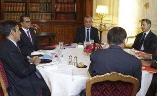 François Fillon et Nicolas Sarkozy lors du déjeuner de crise du 17 août 2011