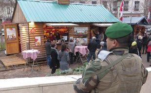 Lyon, le 20 décembre 2016 Quelques heures après qu'un camion ait tué 12 personnes sur le marché de Noël à Berlin, les moyens de sécurité ont été renforcé sur les marchés de Noël de la ville. Des militaires et policiers patrouillent toute la journée. C.Girardon / 20 Minutes