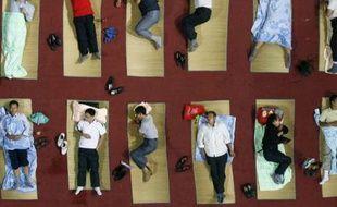 L'université de Wuhan, dans la province chinoise d'Hubei, a installé 350 nattes pour que les parents accompagnant les étudiants pour leur rentrée puissent dormir, le 3 septembre 2008.