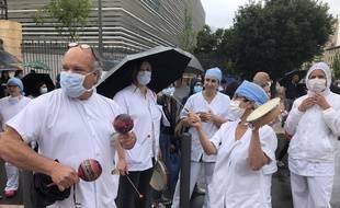 Armando Paz Paredes (à gauche), neurochirurgien à Marseille, manifeste le 4 juin 2020 lors des Jeudis de la colère.