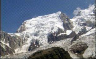 Vingt et un alpinistes, bloqués par la tempête dans le Mont-Blanc à 4.200 mètres d'altitude, ont été secourus vendredi matin après une nuit passée dans des trous creusés dans la neige, a-t-on appris auprès du peloton de gendarmerie de haute montagne (PGHM) de Chamonix.