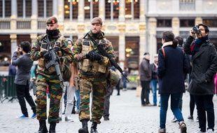 Deux soldats belges patrouillent sur la Grand Place de Bruxelles, le 20 novembre 2015.
