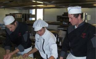 Les apprentis se sont entraînés hier en servant leur plat au restaurant d'application.