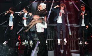 Le groupe Lo Stato Sociale en arrière plan et les danseurs Paddy Jones et Nico au festival de Sanremo (Italie) en 2018. Le groupe a fini deuxième du concours.