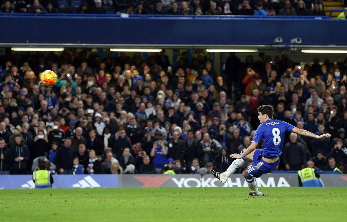 Oscar glisse et rate son penalty lors de Chelsea-Watford le 26 décembre 2015. – Jason Dawson/Shuttersto/SIPA