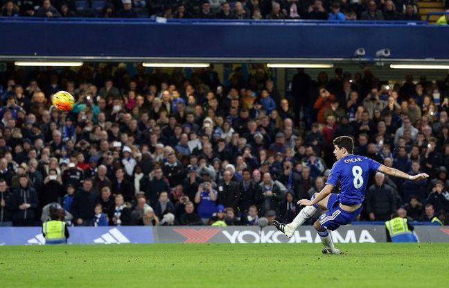 Oscar glisse et rate son penalty lors de Chelsea-Watford le 26 décembre 2015.