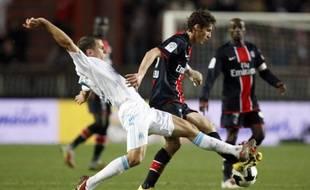 Le Parisien Jérémy Clément aux prises avec les Marseillais Benoît Cheyrou lors de PSG-OM, le 15 mars 2009