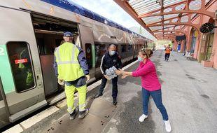 Le train des Merveilles, sur la ligne Nice-Tende-Cuneo, a également servi à transporter des denrées dans les vallées sinistrées (ici à Breil-sur-Roya)