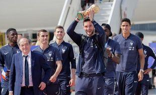 Les joueurs de l'équipe de France de football, à leur arrivée à Roissy-Charle-de-Gaulle, le 16 juillet 2018.