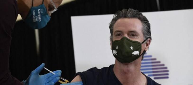 Le gouverneur de Californie, Gavin Newsom, reçoit sa dose du vaccin Johnson & Johnson à Los Angeles, Californie, le 1er avril 2021.