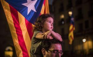 Après avoir célébrée toute la nuit son indépendance le 27 octobre 2017, la Catalogne se réveille  placée sous tutelle, avec un gouvernement et une assemblée dissoute.