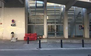 Le SDF Dominique s'était constitué une bibliothèque le long du Palais des sports de Bordeaux, au fil de ces dernières années.