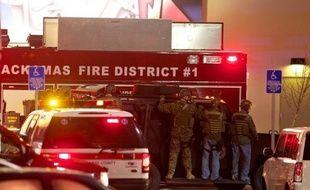 """Deux personnes ont été tuées mardi par un tireur qui a ouvert le feu """"au hasard"""" dans un centre commercial de l'Oregon (nord-ouest des Etats-Unis) avant de retourner l'arme contre lui, a rapporté le chef de la police locale mercredi."""