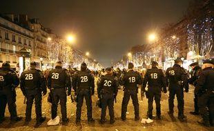 Les forces de l'ordre le 31 décembre sur les Champs Elysées.