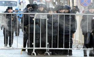 Des policiers montent la garde devant le tribunal de Moscou le 30 décembre 2014
