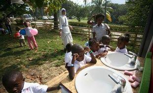 Le nombre d'enfants étrangers adoptés par des familles françaises a fortement baissé en 2011, en grande partie à cause de la suspension temporaire des adoptions en Haïti, ce qui suscite la crainte d'associations spécialisées.