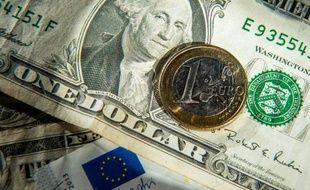 Un pièce d'un euro et un billet d'un dollar