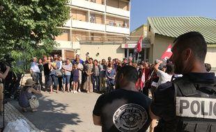 La police assure la protection du rassemblement du personnel et des parents de la crèche de la Busserine.