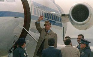 L'ancien capitaine SS ErichPriebke monte dans un avion à l'aéroport de Bariloche, en Argentine, qui doit l'emmener en Italie pour y être jugé le 20 novembre 1995
