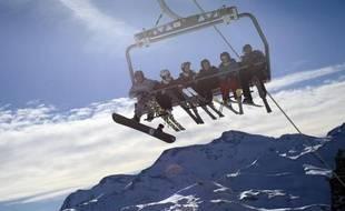 Des skieurs sur un télésiège à Val d'Isère le 16 décembre 2013