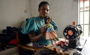 Une poupée créée par Taofick Okoya est habillée dans un atelier de Lagos, au Nigeria, le 17 décembre 2014.