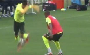 Le Brésilien Neymar dribble son coéquipier Fernandinho grâce à un superbe geste technique à l'entraînement, le 21 juin 2014.