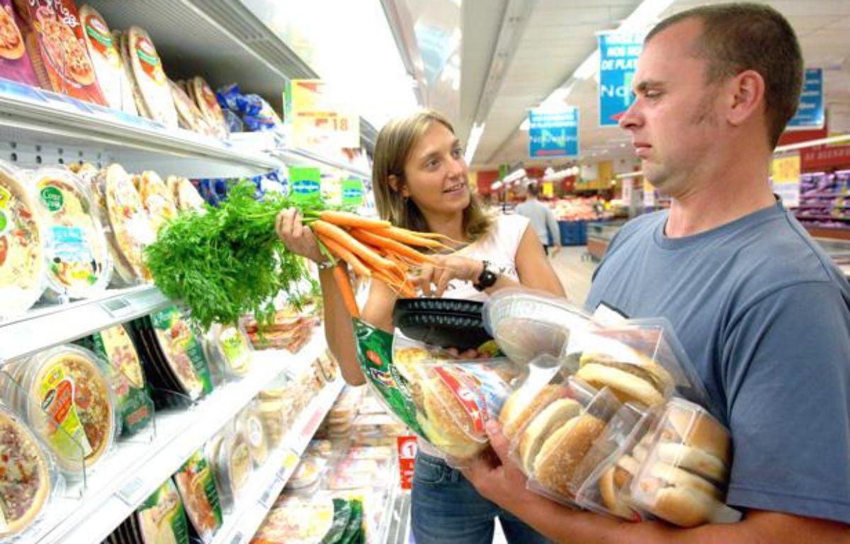 Un couple au supermarché: les hommes consomment plus de produits transformés que les femmes. – ISOPIX/SIPA