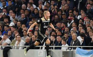 Le milieu de terrain néerlandais de l'Ajax d'Amsterdam, Donny van de Beek, célèbre son but marqué face à Tottenham, ce mardi 30 avril.