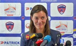 Corinne Diacre à Clermont face à la presse le 30 juin 2014.
