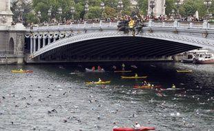 Le triathlon de Paris avait au programme une partie natation dans la Seine en 2011 et 2012. Mais en 2013, l'épreuve avait été annulée en raison d'une qualité d'eau insuffisante. Et cette année, toujours pour le même problème, l'épreuve est devenue un Bike and run.