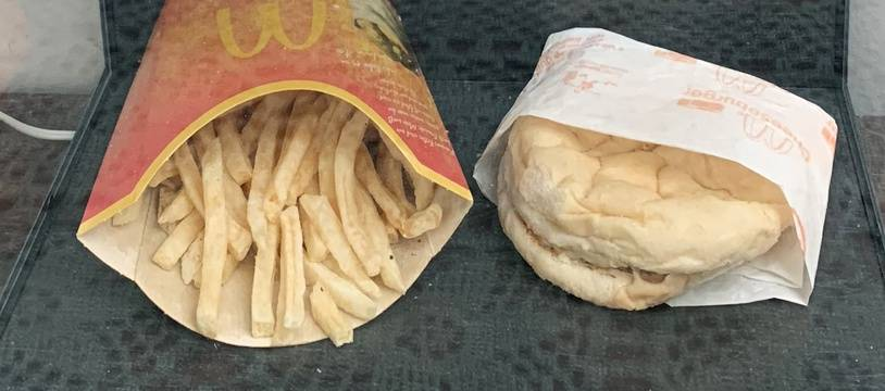 On peut suivre sur Internet l'agonie d'un des derniers burgers vendus par McDonald's en Islande avant le départ de l'enseigne pendant la crise financière.