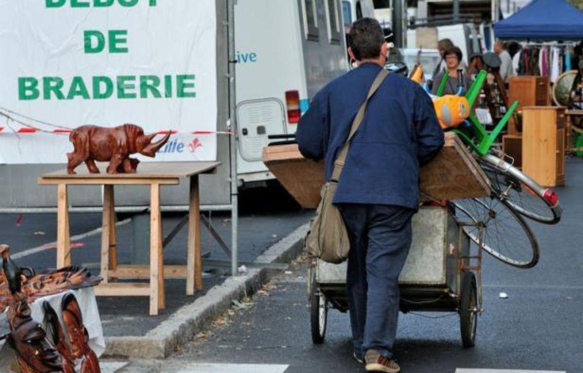 La braderie de Lille a ouvert ses portes samedi matin et devrait attirer tout au long du week-end au moins deux millions de bradeux et chineurs, prêts à jouer des coudes dans les rues de la ville, à la recherche de bonnes affaires, du buffet Louis XIV à la tête de sanglier empaillée, en passant par la paire de bretelles fluo. – Philippe Huguen afp.com