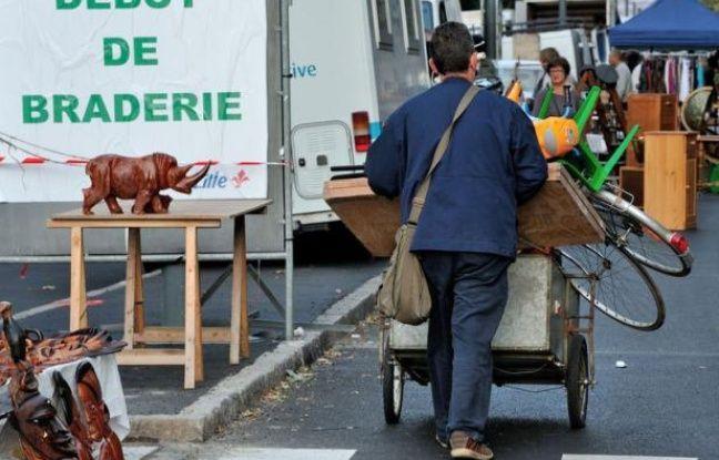 La braderie de Lille a ouvert ses portes samedi matin et devrait attirer tout au long du week-end au moins deux millions de bradeux et chineurs, prêts à jouer des coudes dans les rues de la ville, à la recherche de bonnes affaires, du buffet Louis XIV à la tête de sanglier empaillée, en passant par la paire de bretelles fluo.
