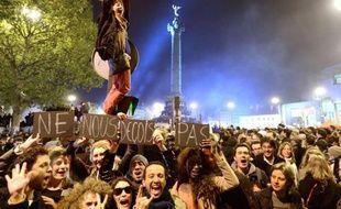 Au lendemain d'une victoire fêtée à la Bastille par des dizaines de milliers de personnes, le nouveau président François Hollande est rappelé aux difficultés économiques, avant même de se lancer dans la formation d'un gouvernement pour préparer les législatives.