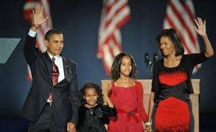 """Michelle Obama, née dans une famille pauvre de la banlieue de Chicago (nord), représente l'héritage de l'Amérique noire au sein du couple Obama dont elle est """"le roc"""", selon l'expression de son mari Barack."""
