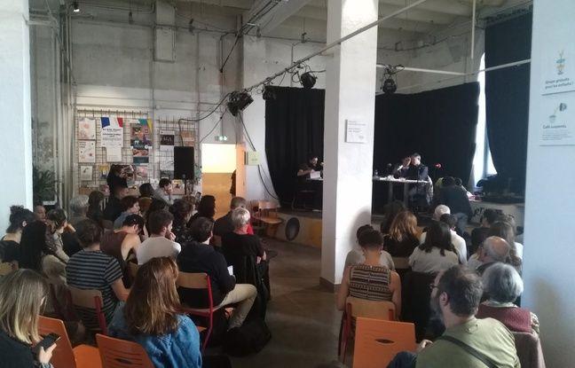 A Marseille, le public du Coco Velten écoute en direct l'émission de Radio Baumettes.