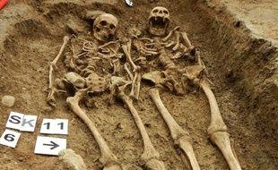 Squelettes retrouvés enlacés à Halleton, en Angleterre, le 10 septembre 2014.